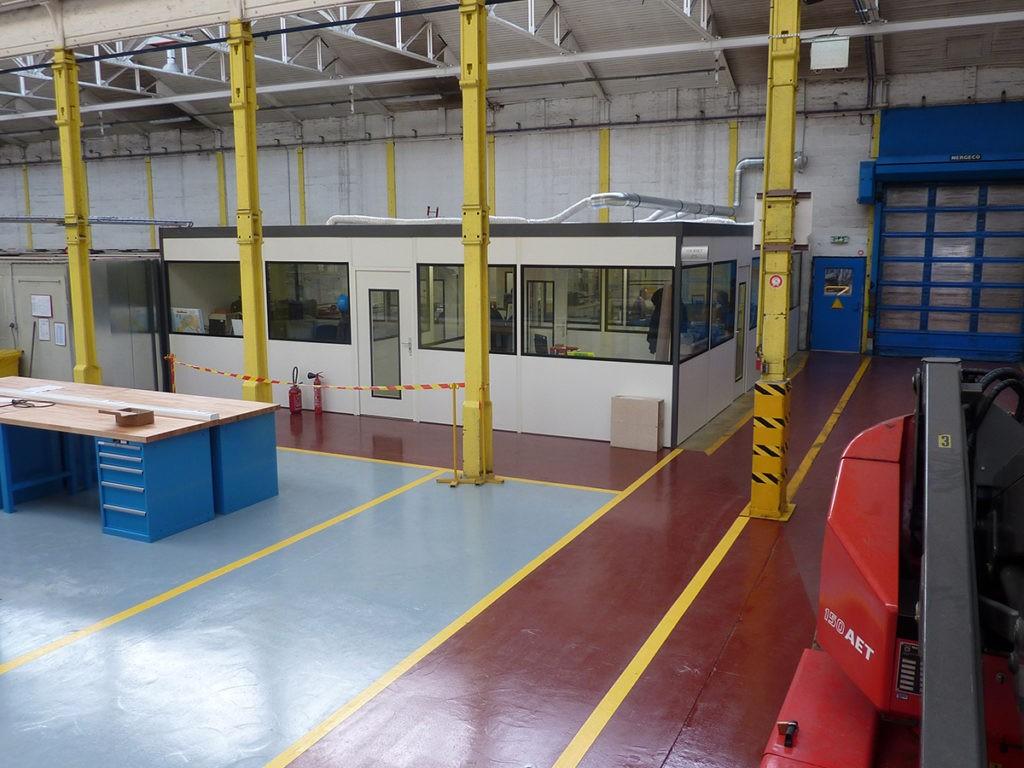 Cabine palettisable installée dans un atelier industriel